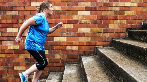 Persona con sobrepeso haciendo ejercicio