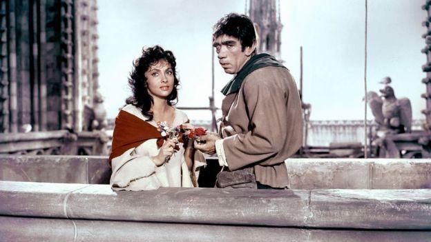 Gina Lollobrigida e Anthony Quinn como Esmeralda e Quasimodo em filme de 1956