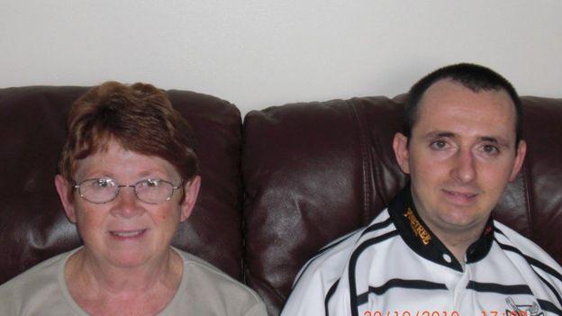 Paul Pugh con su madre Nesta, que ahora cuida de él a tiempo completo.