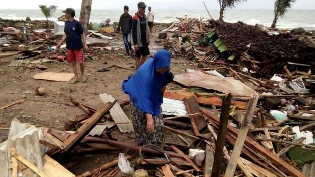 Residents inspect the damage to their homes on Carita Beach, Indonesia. Photo: 23 December 2018