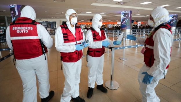 Personal sanitario en el aeropuerto de Quito.