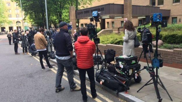 Periodistas fuera de la corte donde Assange fue sentenciado