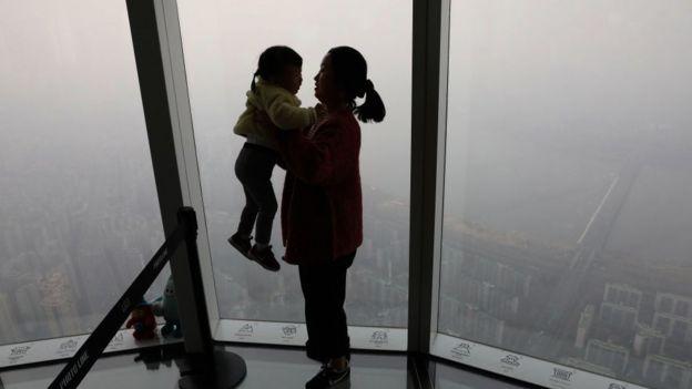 Madre e hijo en ciudad contaminada