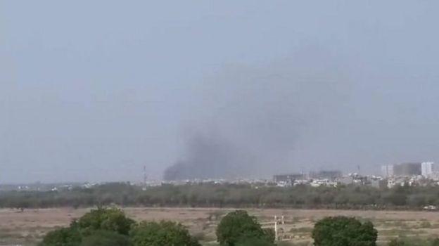 Cinnah Uluslararası Havaalanı yakınından dumanlar yükseliyor