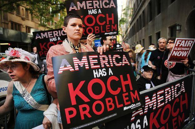Una protesta contra los hermanos Koch