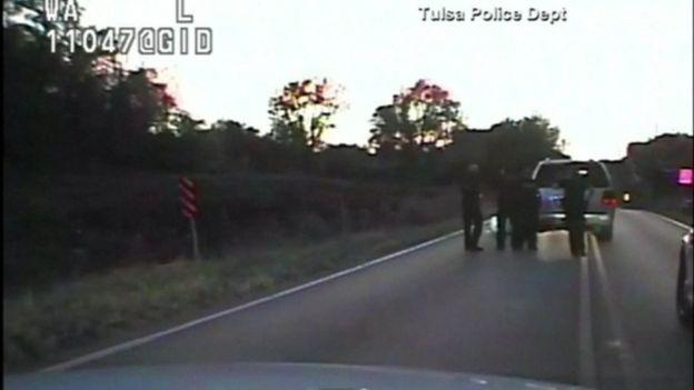 Mientras está rodeado por cuatro policías, Crutcher aparentemente recibe un disparo de arma de electrochoque y luego otro de fuego.