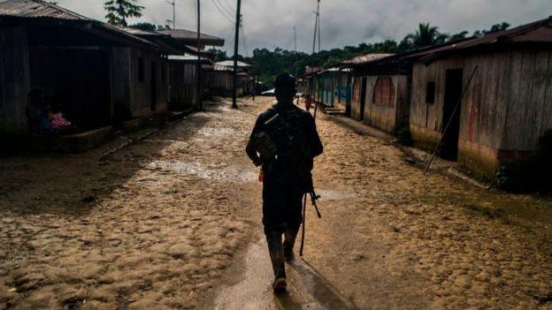 Un soldado junto al río San Juan, en el departamento de Choco.