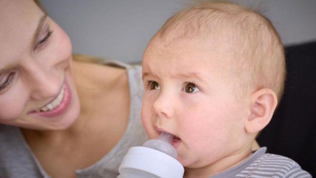 Bebê toma leite artificial