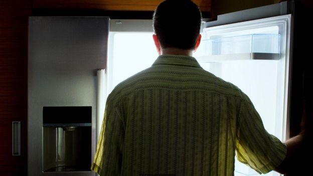 homem na geladeira