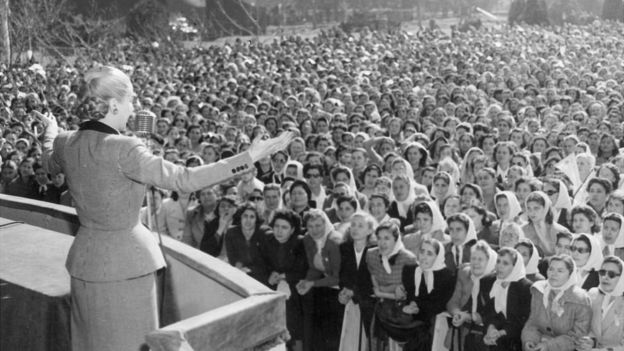 Eva Perón dirigiéndose a una multitud de mujeres.