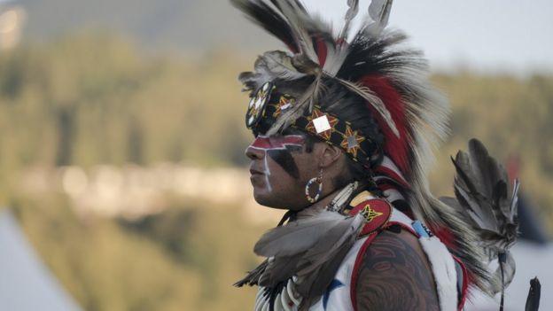 Indígena em celebração na Colúmbia Britânica, no Canadá