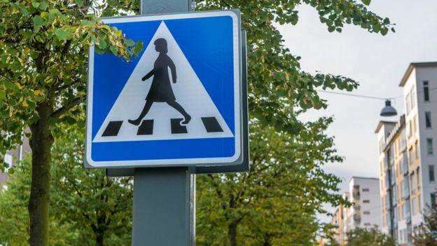 Signo de pase peatonal en Suecia