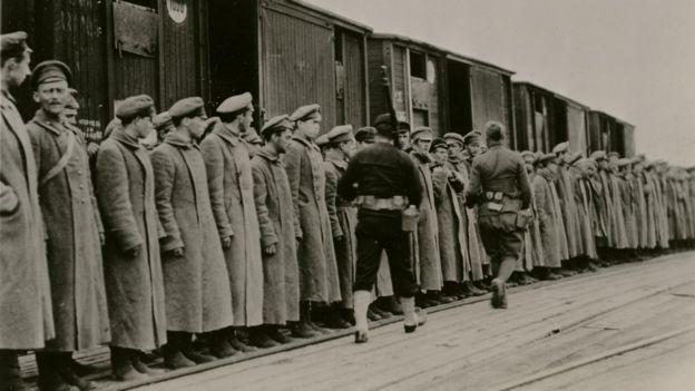 Un centenar de soldados bolcheviques capturados por las tropas francesas cerca de Arcangel.