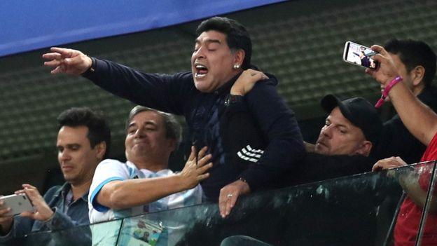 Maradona fue todo un personaje en las gradas, estando activo desde el primer minuto alentando a la Albiceleste.