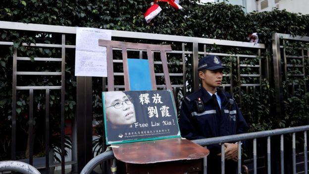 約翰·奧利佛在節目中提及多件中國近年的政治事件,包括中國政府被指軟禁諾貝爾和平獎得主劉曉波的妻子劉霞。