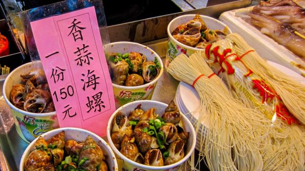 Comidas taiwanesas expostas em barraca