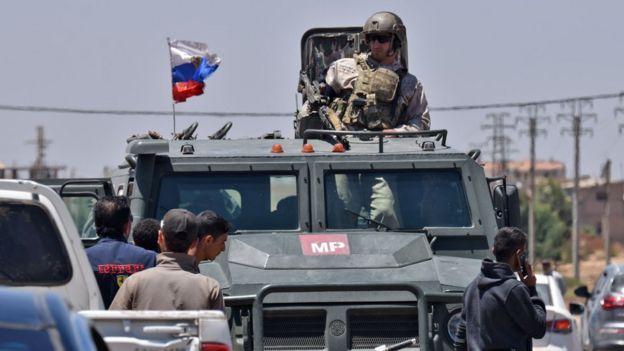 ロシア軍とダラア県の反体制派を統率する司令官が休戦交渉を行った