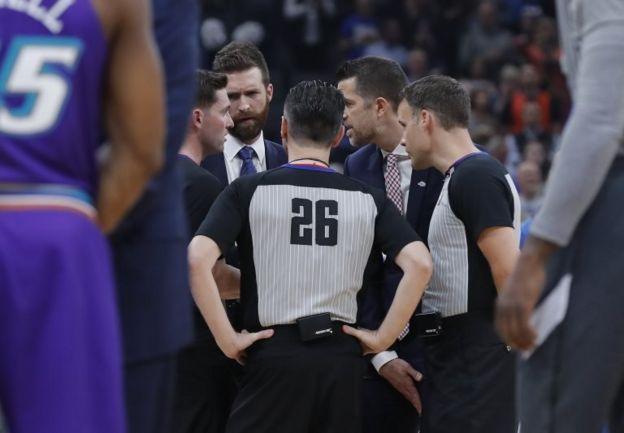Hakemler, Oklahoma City Thunder-Utah Jazz maçının ertelenmesi öncesi konuşuyor