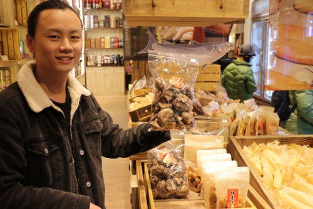 大稻埕传统老店李日胜,将传统袋装年货改装小袋包装附带说明,并大力改善店内的传统陈列。