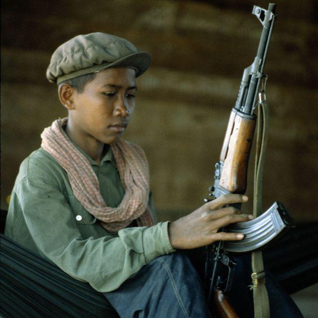 Niño soldado jemer rojo con rifle