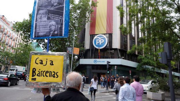 Protestas ante la sede central del PP en Madrid.