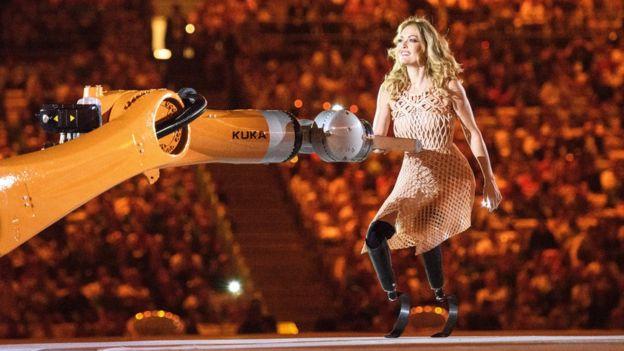 Amy Purdy junto al robot KUKA