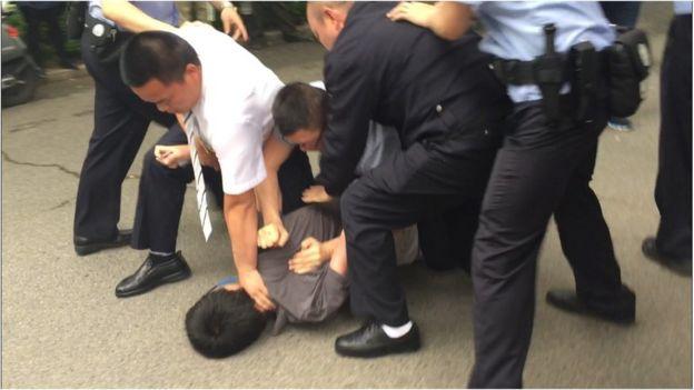 Now TV新聞台徐駿銘被身穿制服人員及不明身份者按倒在地