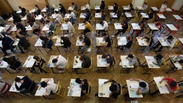 Estudiantes en un salón.