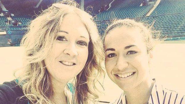 Uchafbwynt Wimbledon i Heather Watson, cipio pwyntiau lu yn erbyn Serena Williams? Nage siwr! Llun efo Catrin Heledd!