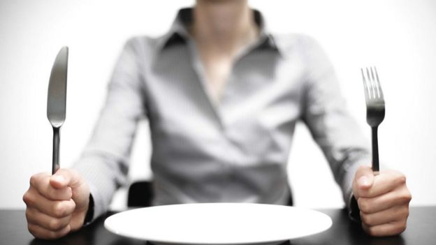 Mujer con un plato