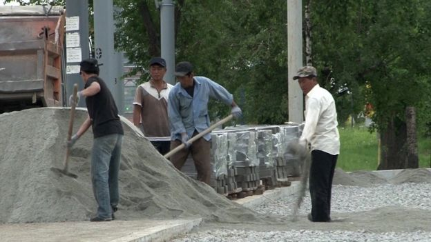 Estima-se que 150 mil trabalhadores norte-coreanos mandem o equivalente a US$ 1 bilhão todos os anos para financiar o governo de Kim Jong-un. Fotografia: Reprodução/BBC Brasil