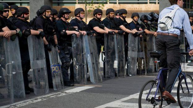 Сотрудники Федерального бюро тюрем и других силовых структур перед Белым домом
