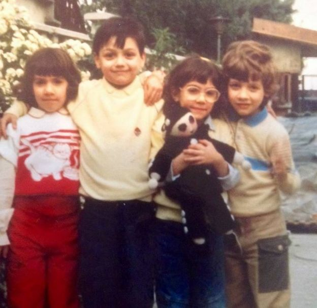 Andrea Mongiardo (el segundo por la izquierda) con sus primos trillizos, Marta, Valentina y Marco, en Milán en 1987.