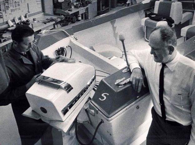Robert Paxton McCulloch junto a uno de sus motores.