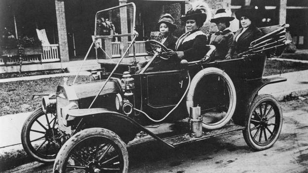 Madam C.J. Walker conduce un auto en 1911.