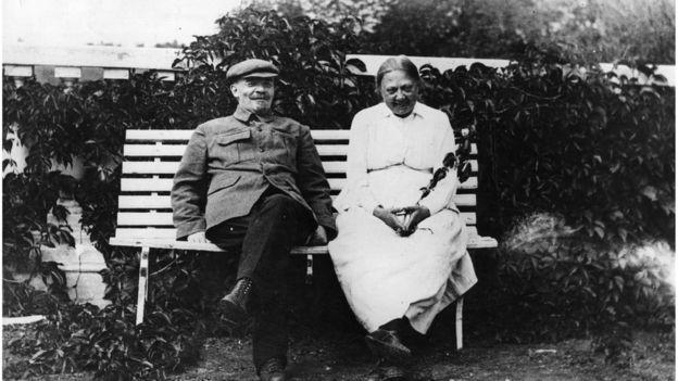 Lenin junto a Krupskaia en una foto tomada cerca de 1922.