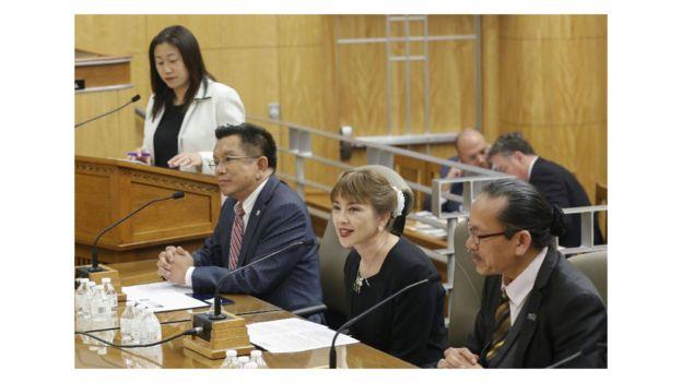 Jenny Đỗ trong buổi họp phản đối luật gây khó khăn cho quyền bán bánh trưng của người dân Việt tại Hạ Viện của California