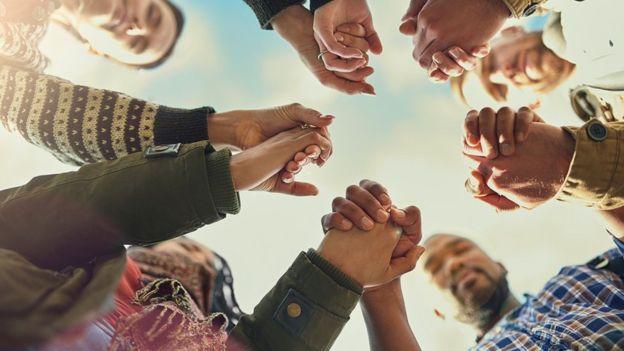 Un grupo de gente tomándose de las manos