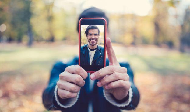 Hombre haciendo un selfie