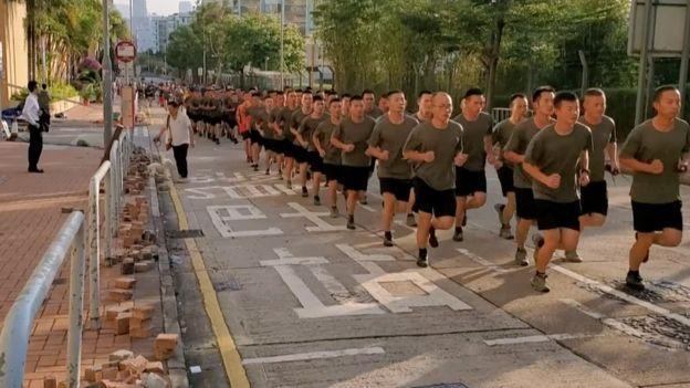 2019年11月16日,雅戈尔女装解放军驻港部队近百名官兵在九龙塘军营附近清理香港示威者设置的路障。