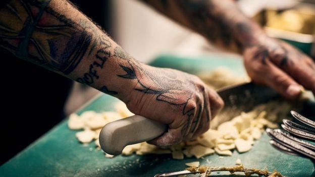 Una experta en recursos humanos dice que los empresarios todavía piden que se filtre a los candidatos con tatuajes.