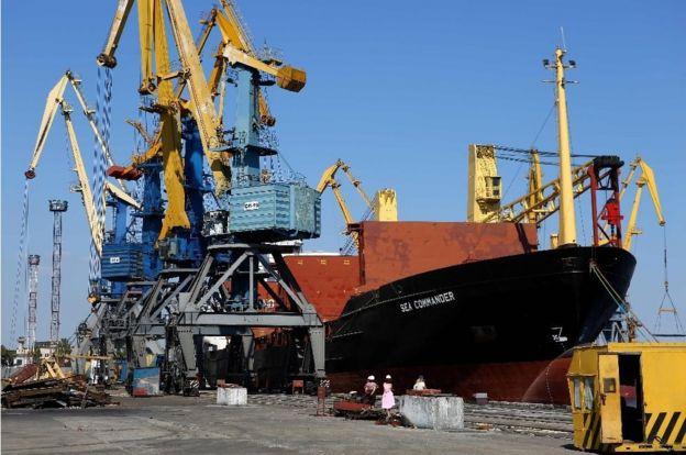 Mariupol limanında ticari bir gemi