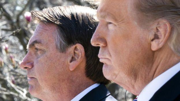 Bolsonaro aparecem um ao lado do outro, e com rostos em perfil