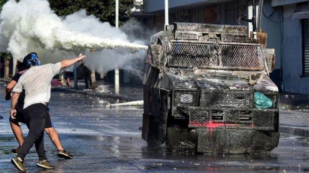 Los manifestantes chocan con la policía el 23 de febrero de 2020,