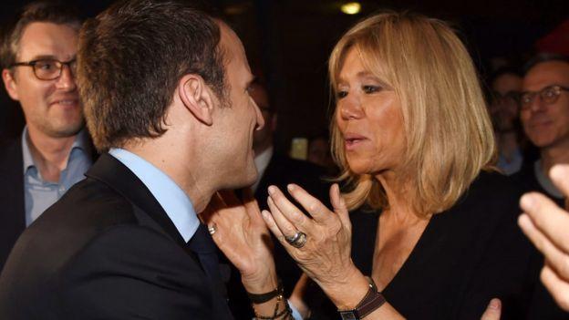 Emmanuel Macron hôn vợ, bà Brigitte Trogneux, khi ông tới một cuộc vận động tranh cử ở Talence, Tây Nam nước Pháp, hôm 9/3/2017