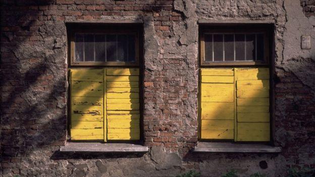 Si en el exterior hay más calor que en el interior del edificio es mejor mantener las ventanas cerradas.