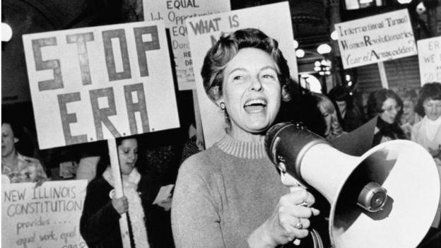Филлис Шлафли с протестующими за ее табличками с надписью «Stop ERA»