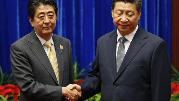 安倍晉三2014年在北京出席APEC系列會議後與習近平合照,但習近平表情嚴肅,沒有露出任何笑容。