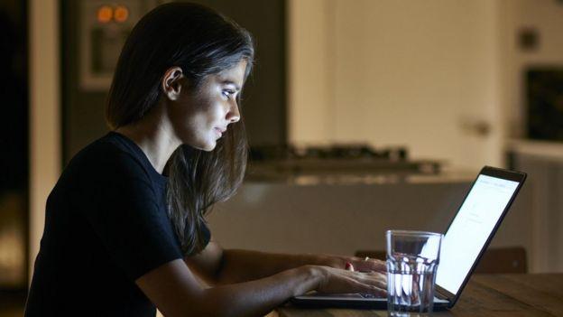 Mujer en una computadora