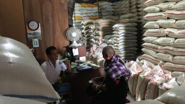 Aktivitas perdagangan beras di pasar induk beras Cipinang